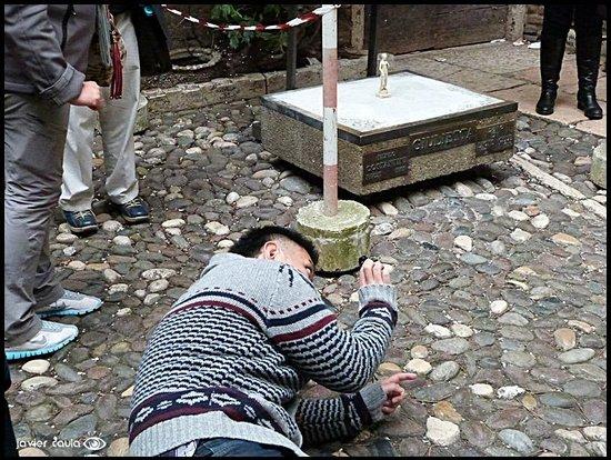 Casa di Giulietta: La mini Julieta remplazando a la original en reparación, UNA VERGUENZA !