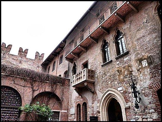 Casa di Giulietta: Vista del famoso balcón........PURO VERSO !!