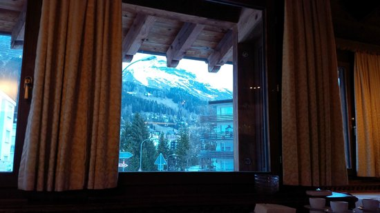 Arabella Hotel Waldhuus Davos: View from the restaurant at breakfast