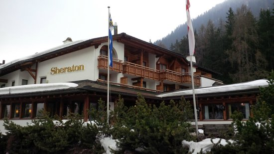 Arabella Hotel Waldhuus Davos: Exterior on a cloudy morning