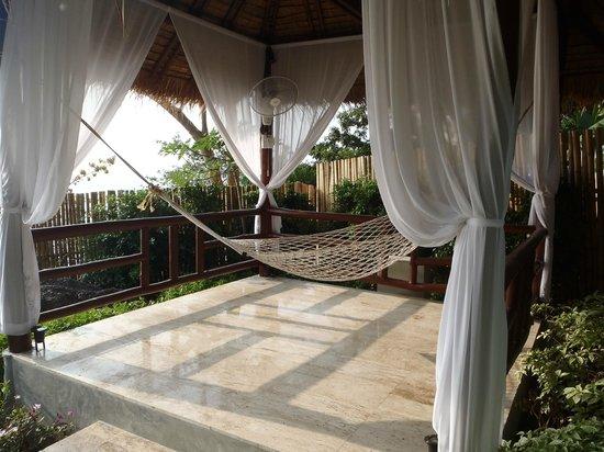 Aminjirah Resort: Hammock on the way to the pool