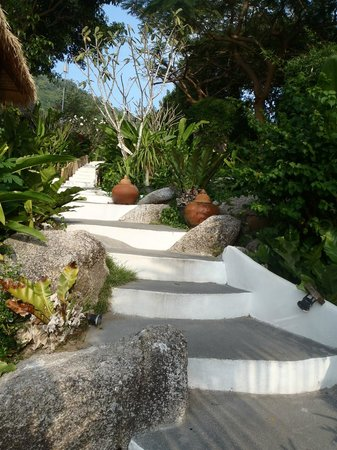 Aminjirah Resort: Stairs leading down to the pool