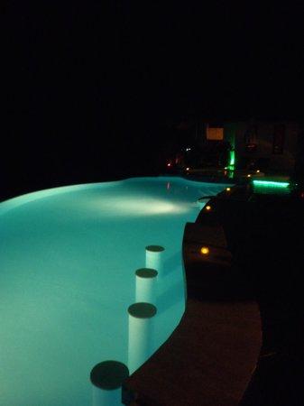 Aminjirah Resort: Pool at night