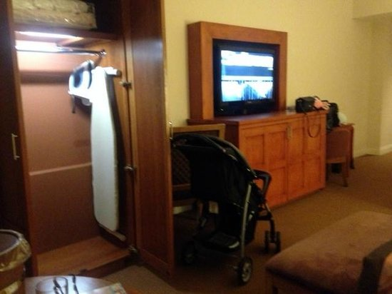Pala Casino Resort and Spa : Large almost walk-in closet