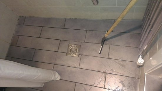 Lamington - Hammersmith Serviced Apartments: Squeegee to dry floor - note mould