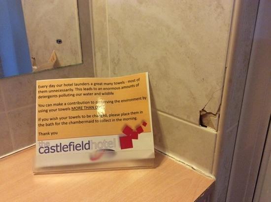 The Castlefield Hotel : Broken tiles in bathroom