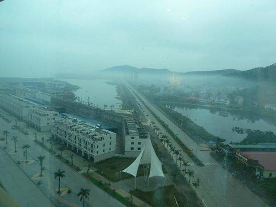 Royal Lotus Hotel Halong: 13階の部屋から、霧雨です