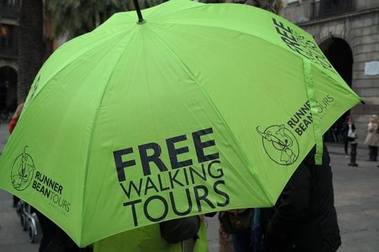Runner Bean Tours Barcelona: At your meeting point, look for the green umbrellas.