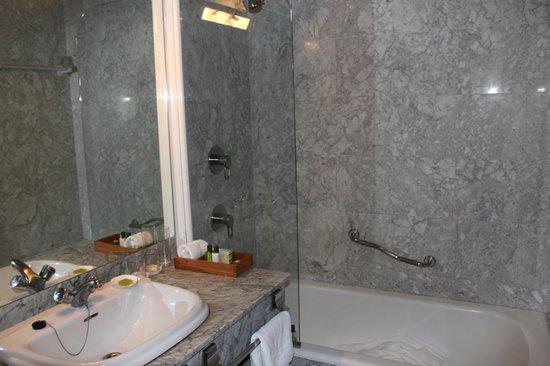 Hotel Inglaterra: 水回りも広々。