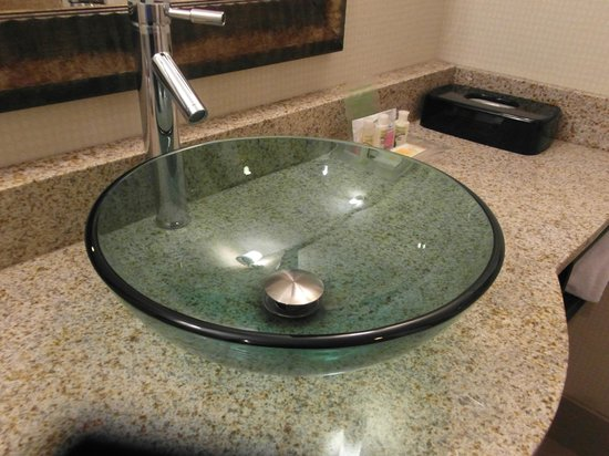 Holiday Inn - Hamilton Place: Newer sinks