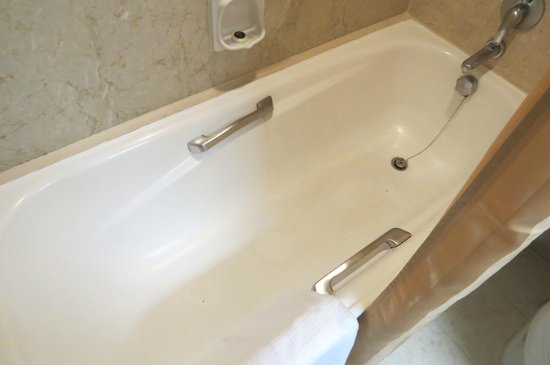 Melia Kuala Lumpur: Stains on the bathtub