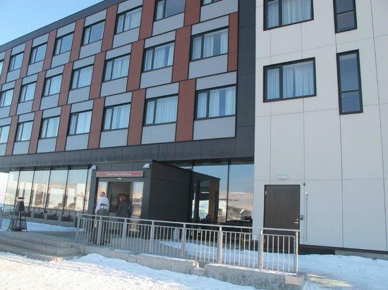 Thon Hotel Kirkenes: la vue sur l'hôtel en arrivant sur site