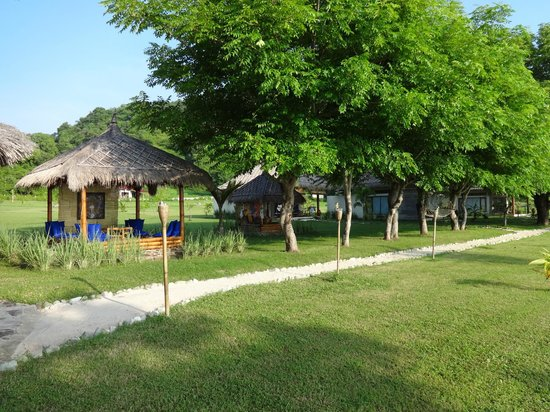 Pearl Beach Resort: Bungalows and hut of rest