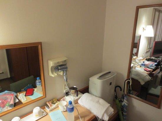 Hotel Wingport Nagasaki : 鏡台は少し狭いですが十分です