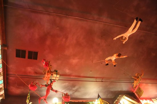 Angelo's & Vinci's Ristorante : Acrobats on the ceiling.