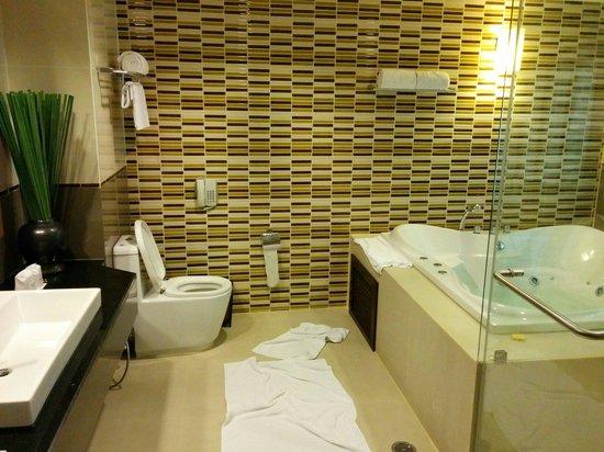 RarinJinda Wellness Spa Resort: Big bathroom with massage pool
