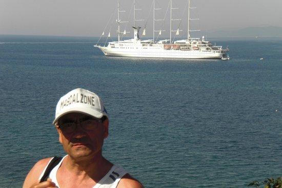 Hotel Grotte del Paradiso : Tutto il mondo delle barche a vela ti passa davanti in silenio e senza disturbare.