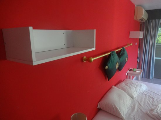 Surin Sweet Hotel: cheap boxes on wall, tacky decorations