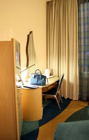 Radisson Blu Hotel Krakow: TV and Table