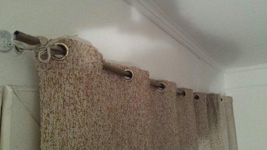 Hostel Sweet Hostel: Tube de cuivre en guise de tringle a rideau