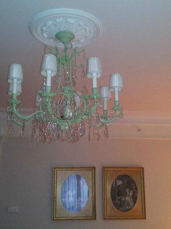 Four Seasons Hotel George V Paris : Люстра в номере