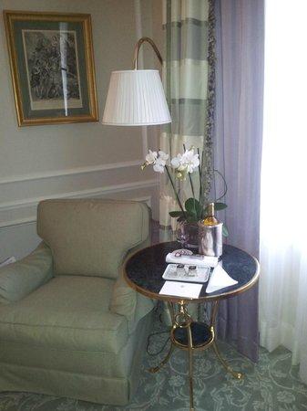 Four Seasons Hotel George V Paris : Уголок отдыха в номере