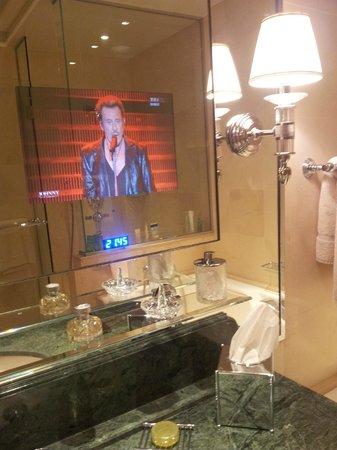 Four Seasons Hotel George V Paris: Телевизор в ванной комнате