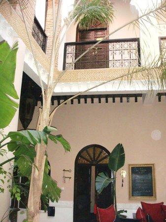 Riad Jona : view up through courtyard