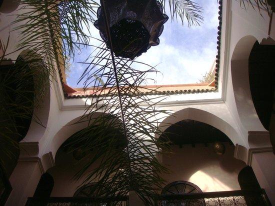 Riad Jona : looking skyward from the courtyard