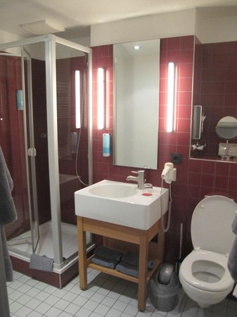 Auszeit Hotel Düsseldorf: Чистная ванная комната