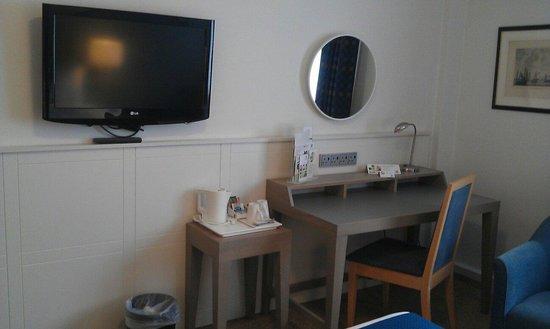Holiday Inn Hull Marina: Tv, dressing table