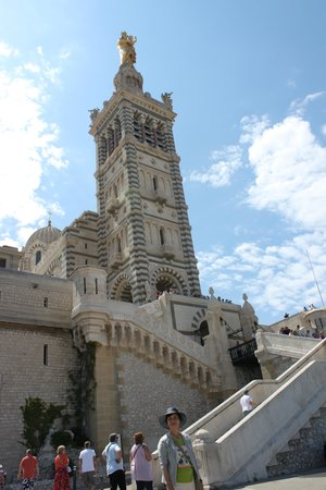Basilique Notre-Dame de la Garde : 空に向かってすくっと建つような姿が印象的な寺院