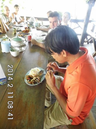Villa Anneloi : Your guide takes his own ( spicy ) dish