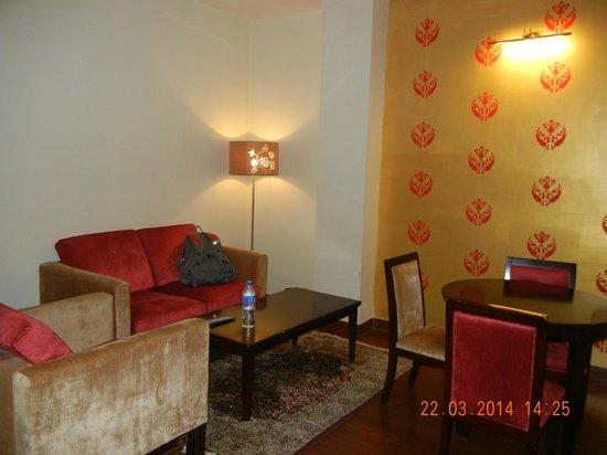HK Clarks Inn: Living area inside Royal Suite