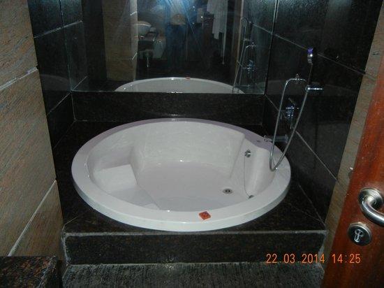 HK Clarks Inn: Jacuzzi bathtub