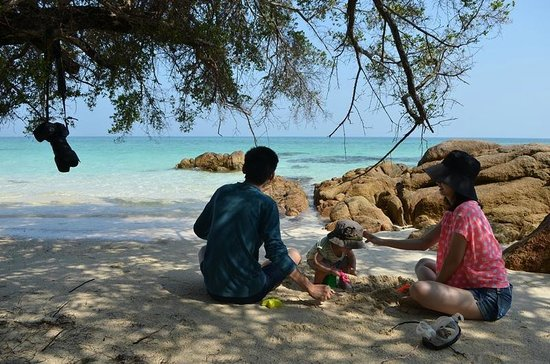 Koh Munnork Private Island Resort by Epikurean Lifestyle : Toddler on the beach