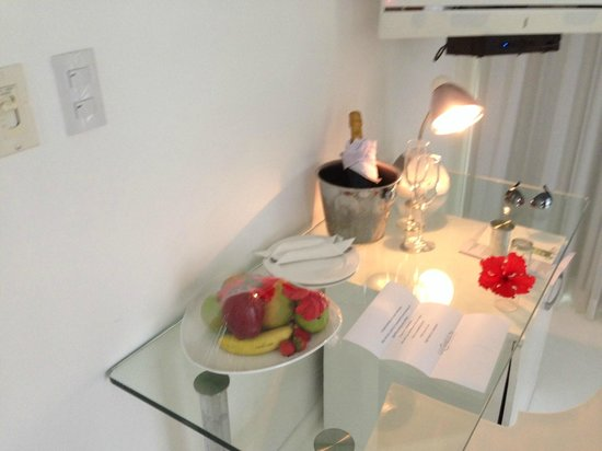 Le Cameleon Boutique Hotel: Welcome Champagne..