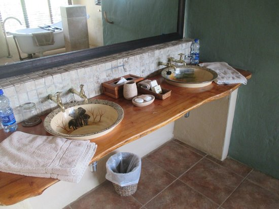 Kariega Game Reserve - River Lodge: Nice bathroom