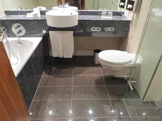Sofitel London Heathrow : King Room bathroom