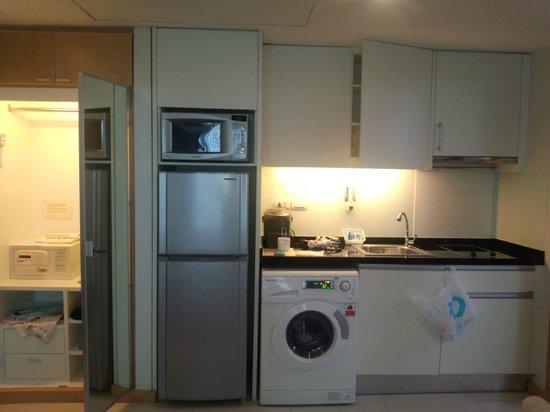 Adelphi Grande Sukhumvit by Compass Hospitality: キッチンと洗濯機です