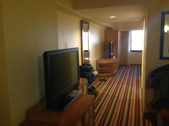 Renaissance Palm Springs Hotel: Blick vom Wohn- in den Schlafbereich der King-Suite