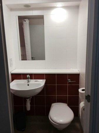 Travelodge London Central Southwark : Bathroom 1