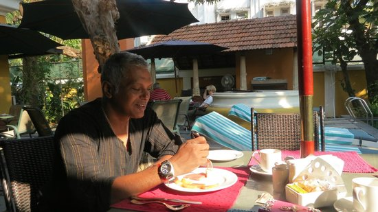 Tea Bungalow: poolside breakfast