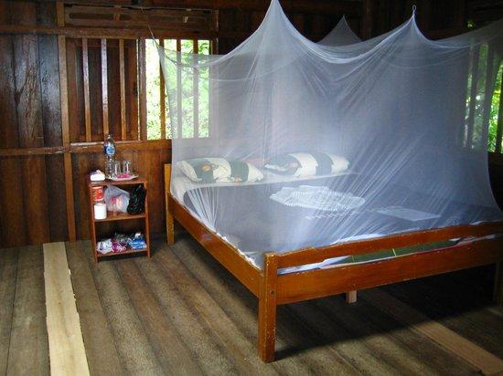 Prince John Dive Resort: Geräumiger Holzbungalow, nach 3 Tagen frisches Bettzeug