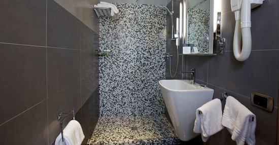 Hotel Tirrenia : Bathroom