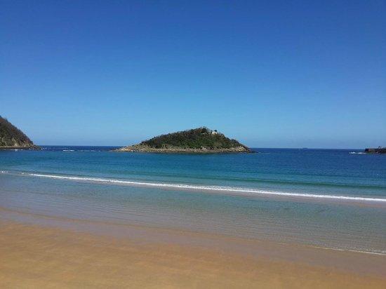 Playa de La Concha: View of Santa Clara Island from Concha Beach