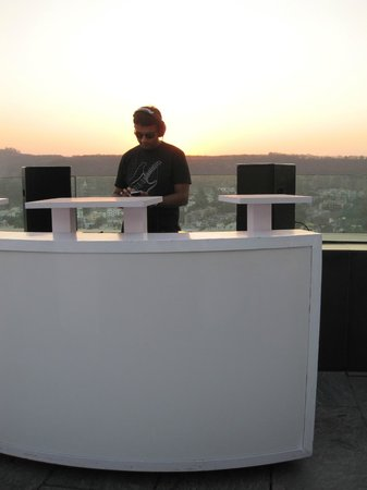 JW Marriott Hotel Pune: DJ auf Dachterrasse (Pasha)