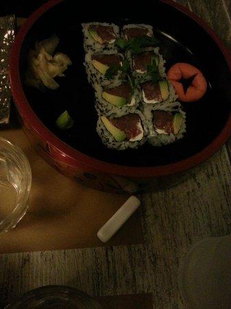 Tsuru Sushi: Uramaki tonno avocado e philadelphia