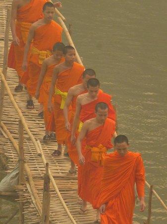 Mekong Riverview Hotel : Watch the monks cross the bridge from breakfast area