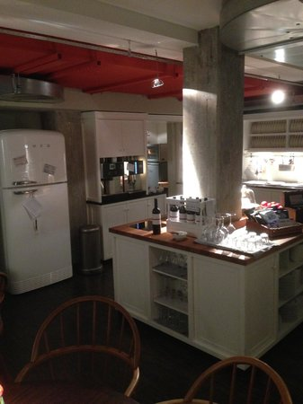 Henri Hotel Hamburg Downtown: The breakfast area and honesty bar